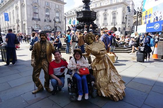 런던 피카딜리 서커스 지역에서 거리 퍼포먼스를 하는 사람들과 기념사진을 찍었다. [사진 윤현희]