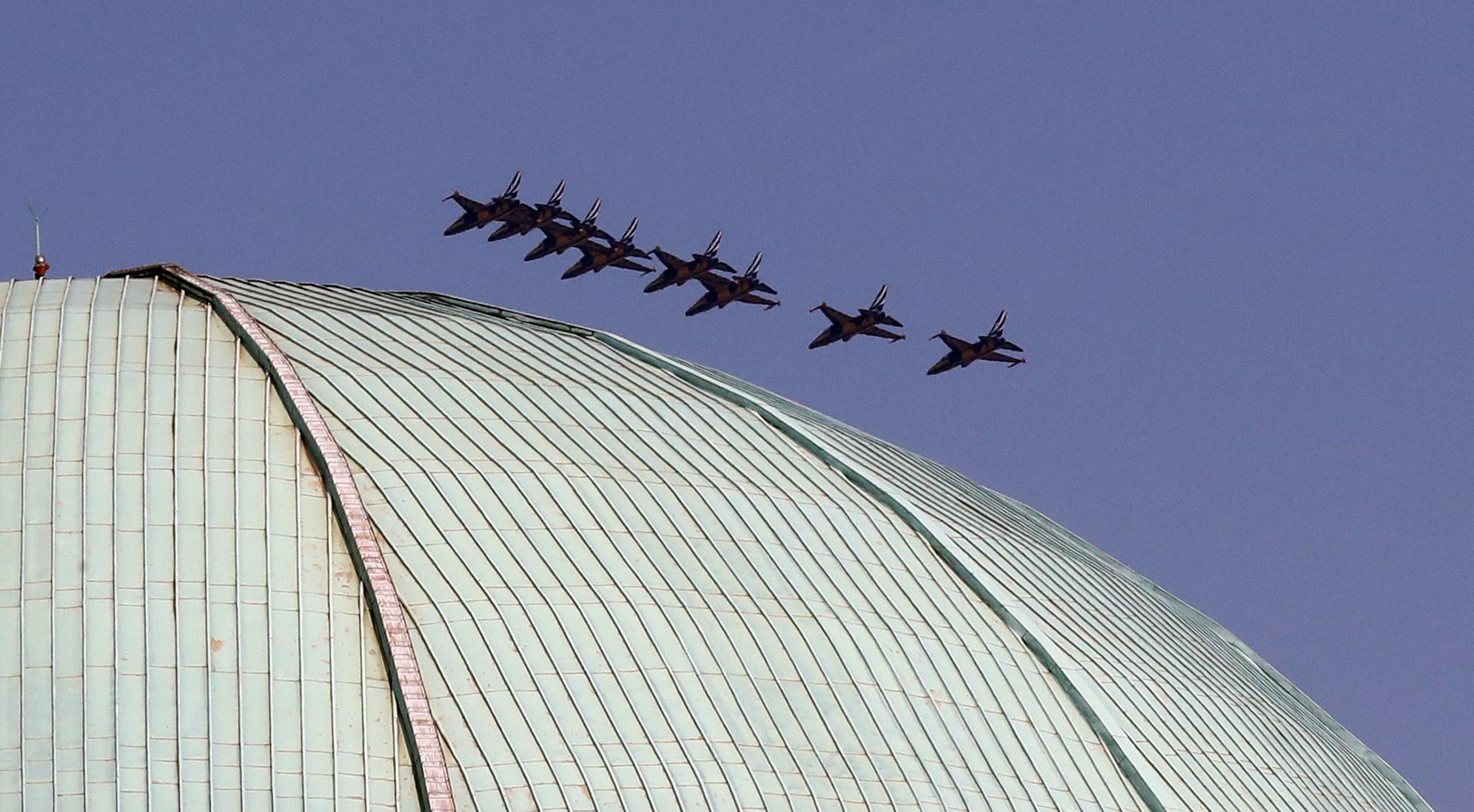 공군 블랙이글스가 17일 국회 돔 지붕 너머로 날아가고 있다. 강정현 기자