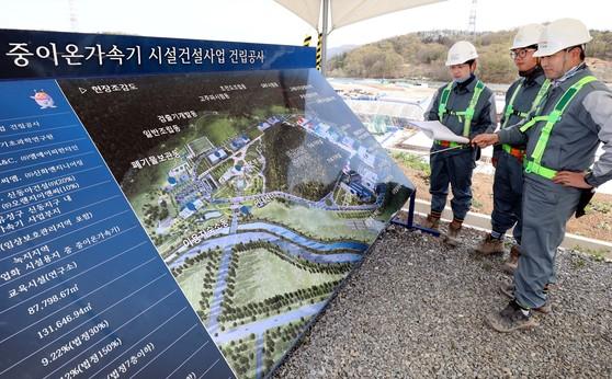 지난 12일 대전시 유성구 신동지구에서 기초과학연구원 관계자들이 과학벨트 건설 상황을 설명하고 있다. [프리랜서 김성태]