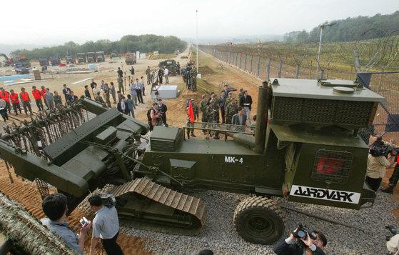 남북은 지난 2002년 경의선 철도 연결 공사를 위한 남북한 비무장지대(DMZ)의 지뢰 제거 작업에 합의했다. [사진=중앙포토]