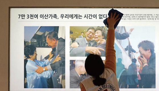 남북관계 개선과 함께 이산가족 상봉 정례화 가능성이 점쳐진다. [사진=중앙포토]