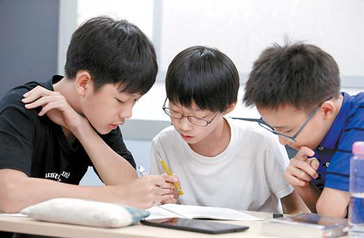 청담어학원의 프로젝트 수업은 학생들의 토의와 협업을 통해 진행된다.