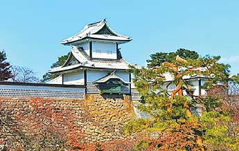 독특한 기항지 관광도 크루즈 여행의 장점이다. 사진은 일본 가나자와성.