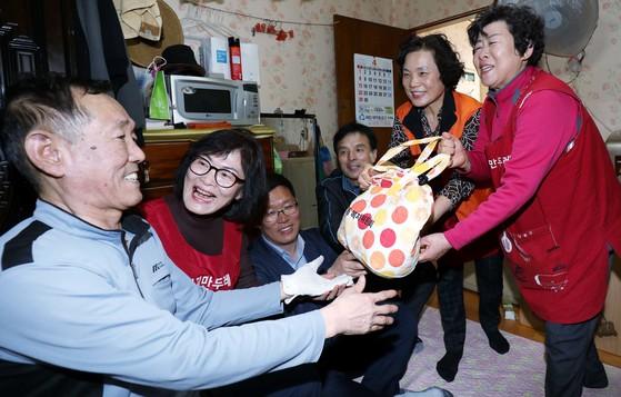 대전시 오정동 복지만두레 회원들이 혼자 사는 주민을 방문해 밑반찬을 전달하고 있다. [프리랜서 김성태]