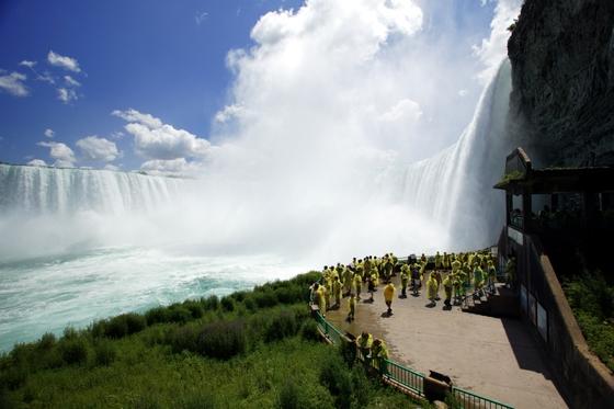 세계에서 세번째로 큰 폭포, 나이아가라를 감상하는 방법은 실로 다채롭다. '폭포 뒤로의 여행(Journey Behind the Falls)' 프로그램을 이용하면 측면과 안쪽에서 폭포를 감상할 수 있다. [사진 캐나다관광청]