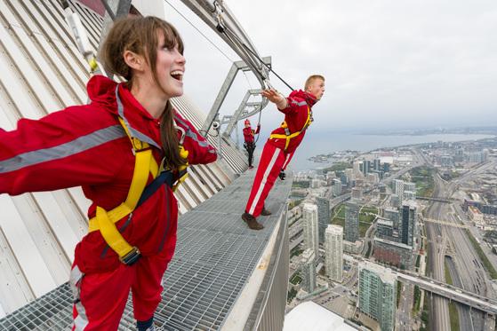 토론토의 명물 CN타워에서는 엣지워크를 체험해보자. 타워 지붕 가장자리를 걸으며 극한의 스릴를 느낄 수 있다. [사진 캐나다관광청]