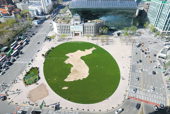 서울시는 남북 정상회담의 성공적 개최를 기원하는 의미로 서울광장에 한반도 모양을 형상화한 '평화의 꽃밭'을 조성한다. [사진=중앙포토]