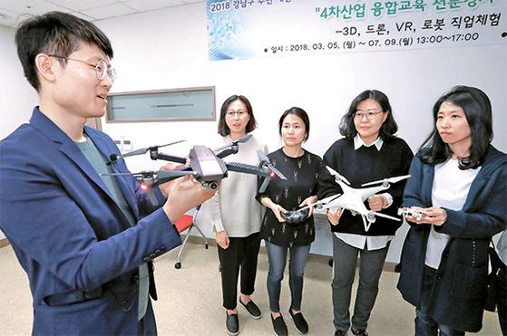 서울 강남구 여성능력개발센터에서 여성 수강생들이 드론 조종술 교육을 받고 있다. [최승식 기자]