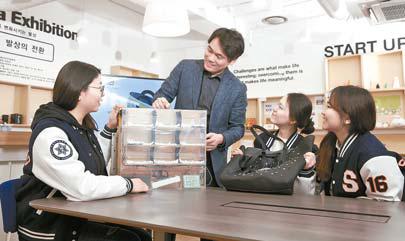 최경민 교수(왼쪽 둘째)는 캡스톤 디자인 수업을 통해 학생의 문제 해결 능력을 키운다. [사진 숙명여대]