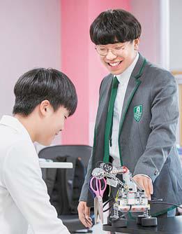 고등부 학생들이 스팀(STEAM : 과학 기술 융합 교육) 수업을 듣고 있다.