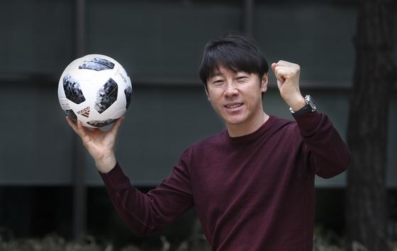 신태용 축구대표팀 감독이 러시아 월드컵 공인구 텔스타 18을 들고 있다. 성남=임현동 기자