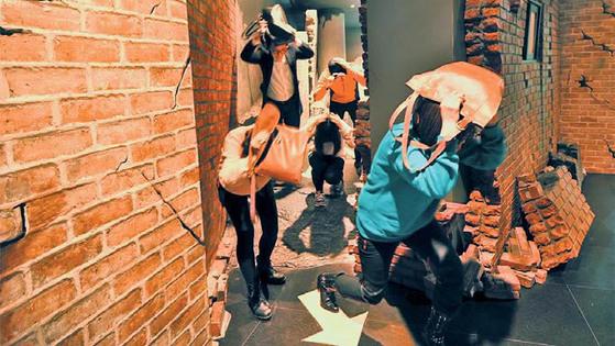 대구시민안전테마파크에서 학생들이 지진 체험을 하고 있다.
