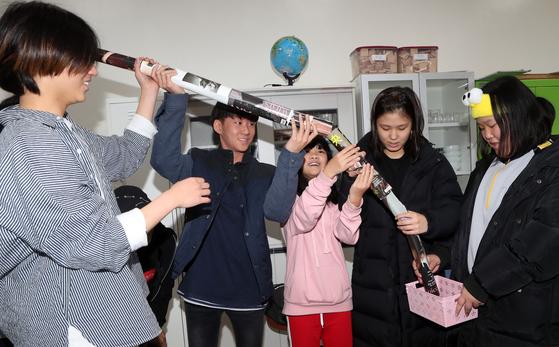 위스타트 인성교육 수업에 참여한 학생들이 종이로 탑을 쌓는 협업 모습. [최정동 기자]