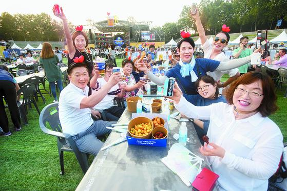 '2017 대구 치맥페스티벌'을 찾은 방문객들이 치킨과 맥주를 즐기며 축제를 즐기고 있다. [연합뉴스]