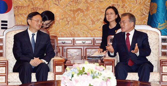 문재인 대통령(오른쪽)이 3월 30일 청와대에서 시진핑 중국 국가주석의 특별대표 자격으로 방한한 양제츠 중국 외교담당 정치국 위원을 만나고 있다. [사진=중앙포토]