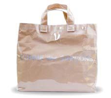 쇼핑백에 비닐을 덧씌운 듯한 형태의 꼼 데 가르송 쇼퍼백. 멋스러운 일상룩 연출에 제격이다.