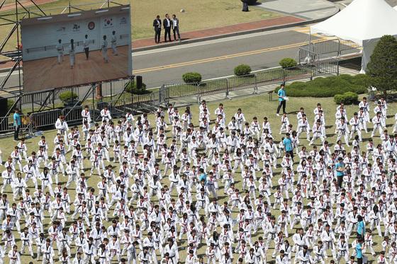 21일 오후 서울 여의도 국회 잔디광장에서 '태권도, 평화의 함성' 참가자들이 태권도 품새를 선보이고 있다. [연합뉴스]
