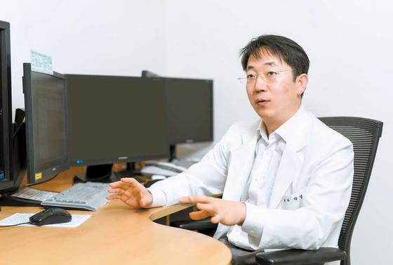 """내분비계 종양 수술 전문가인 건국대병원 박경식 교수는 '로봇수술이 부신 종양의 자극과 출혈을 최소화하는 데 유리하다""""고 강조했다. 프리랜서 김동하"""