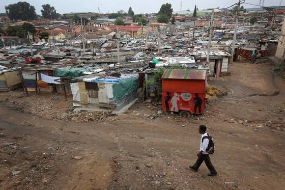 epa06503354 (04/25) (FILE) - A school boy walks between the shacks of Alexandra township, in Johannesburg, South Africa, 06 June 2012. Alexandra township or 'Alex' as it is known to dwellers in the urban living area - is one of the main townships on the edges of the capital and was built in the early 1900s to house non-white residents. Townships like Alex, Diepsloot and the more widely known Soweto (an English syllabic abbreviation for South Western Townships) were built outside the main white areas as a cornerstone of the country's controversial Apartheid policy. EPA/KIM LUDBROOK  ATTENTION: For the full PHOTO ESSAY text please see Advisory Notice epa06503350 *** Local Caption *** 50207673 <저작권자(c) 연합뉴스, 무단 전재-재배포 금지>