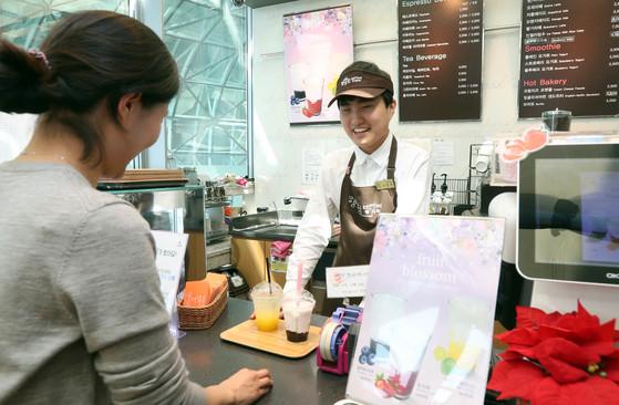 서울도서관 5층에 위치한 장애인 자립일터 '행복한베이커리&카페'에서 서진욱씨가 주문을 받고 있다. 강정현 기자