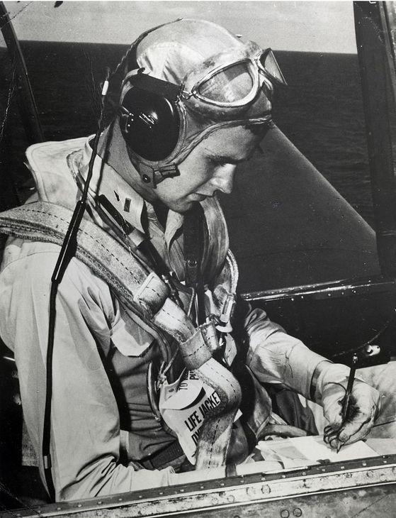 고교 졸업 직후 미 해군에 입대해 항공모함의 뇌격기 조종사로 근무하던 1944년 무렵의 조지 HW 부시의 모습. 그는 부유한 집안 출신으로 사립 교고를 졸업하고 예일대 입학허가서를 받아놓은 상태에서 가장 치열한 전선에서 군 복무를 하며 일본 제국주의와 싸웠다. 노블레스 오블리주다.