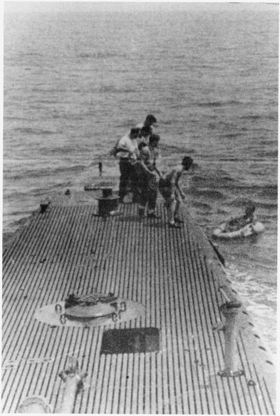제2차 세계대전 중 뇌격기 조종사로 작전 중 격추돼 해상에 표류하다 미 해군 잠수함에 구조되는 장면.