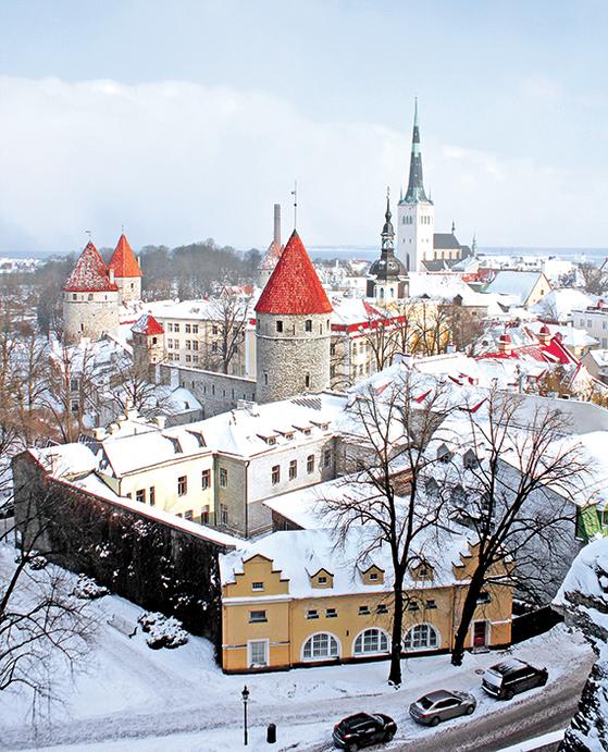 눈 덮인 탈린 구시가지 전경. 중세 시대 모습을 잘 보존한 이 구시가지 외곽에선 디지털 혁명이 진행 중이다. 에스토니아는 올해 1인당 GDP 2만 달러를 돌파할 것으로 보인다. [장원석 기자]