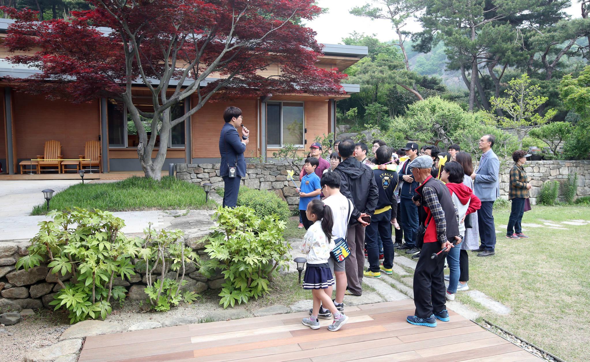 1일 공개된 김해시 진영읍 봉하마을 고 노무현 전 대통령 사저인 '대통령의 집'을 시민들이 방문했다. 송봉근 기자