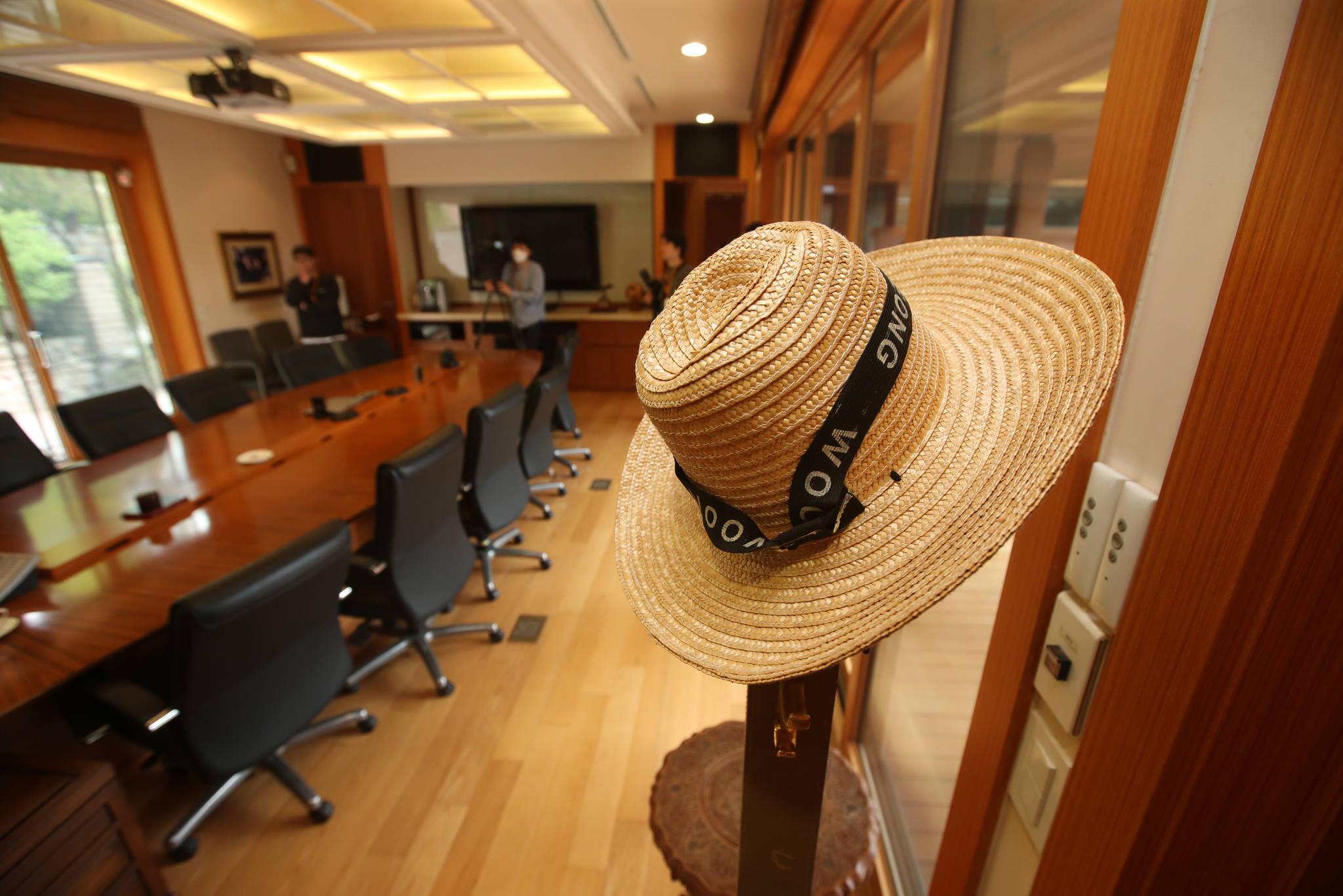 고 노무현 전 대통령이 사용했던 모자가 서재 한쪽에 걸려 있다. 송봉근 기자