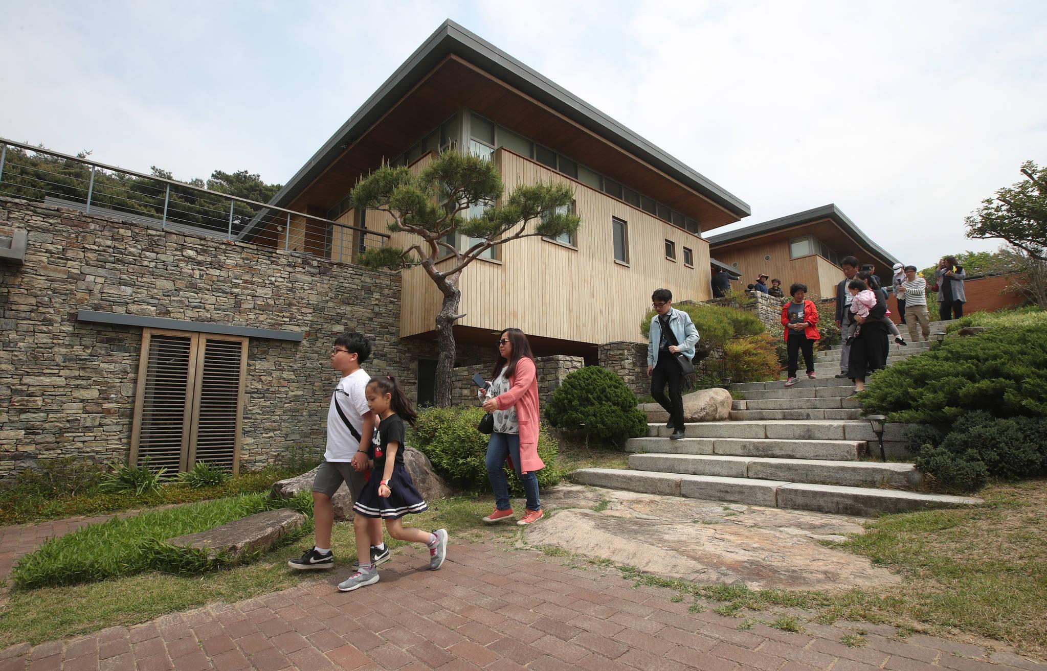 노무현재단은 고 노무현 전 대통령이 살았던 김해시 진영읍 봉하마을 사저인 '대통령의 집'을 1일 일반 시민들에게 공개했다. 송봉근 기자
