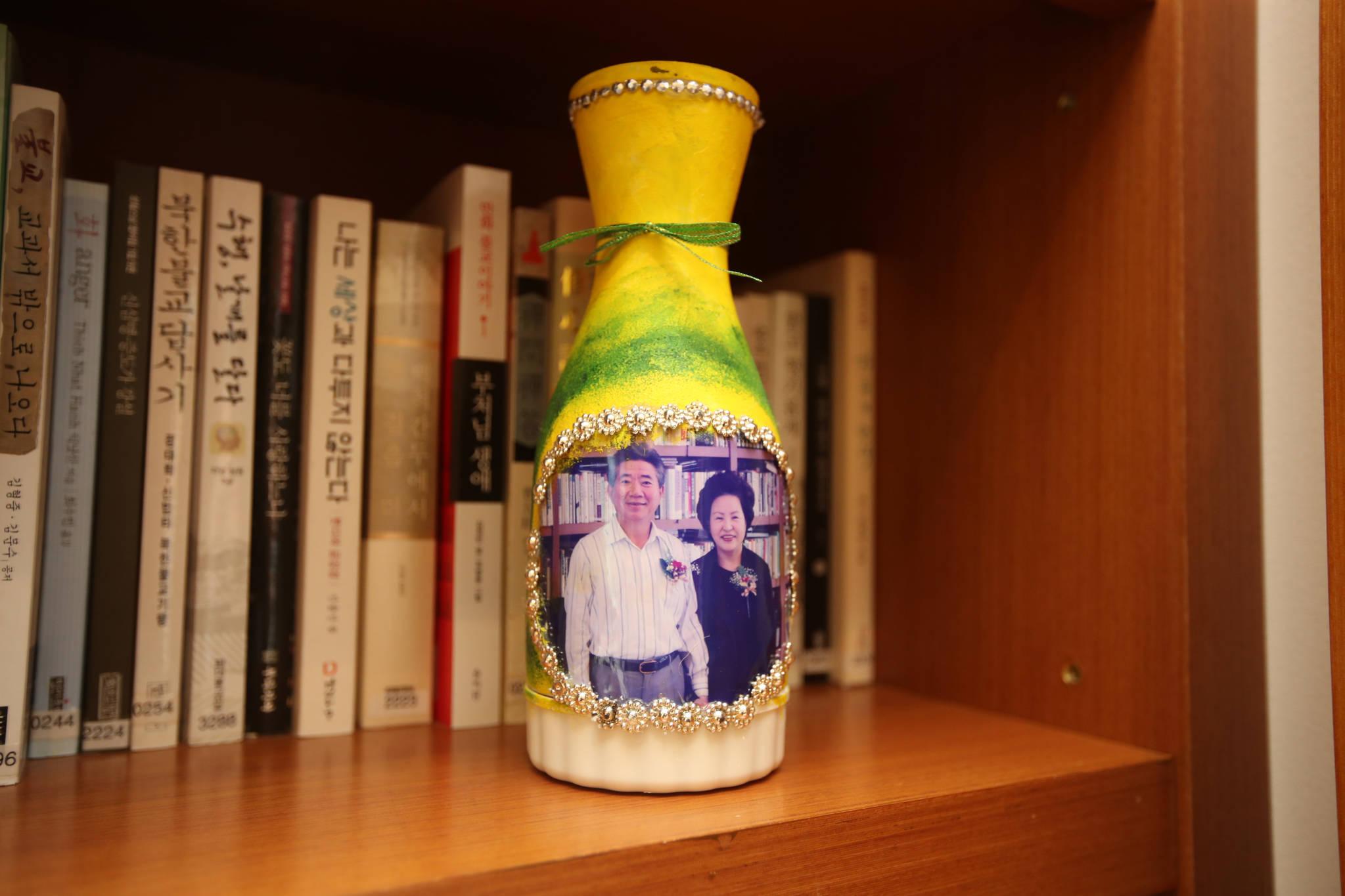 서재 책꽂이에 놓여 있는 꽃병. 노무현 대통령과 권양숙 여사가 다정한 모습으로 바라보고 있다. 송봉근 기자