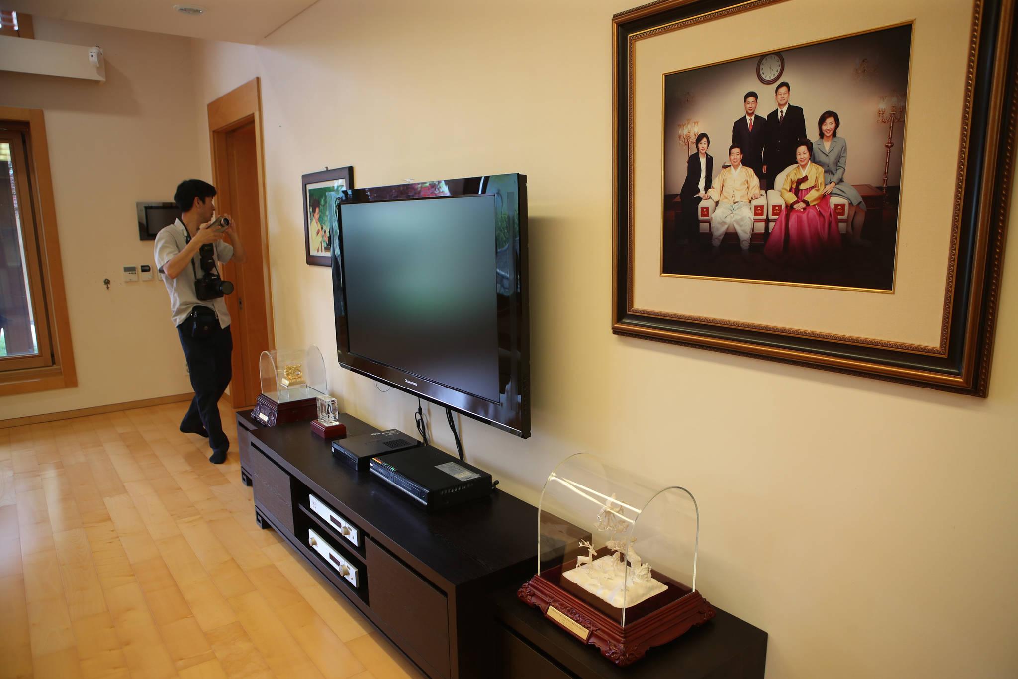 거실에 걸려있는 고 노무현 전 대통령 가족사진.