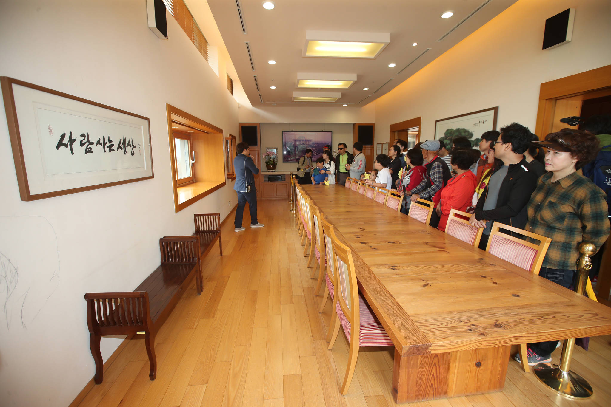 시민들이 1일 경남 김해시 진영읍 봉하마을 '대통령의 집' 사랑채를 관람하고 있다. 송봉근 기자