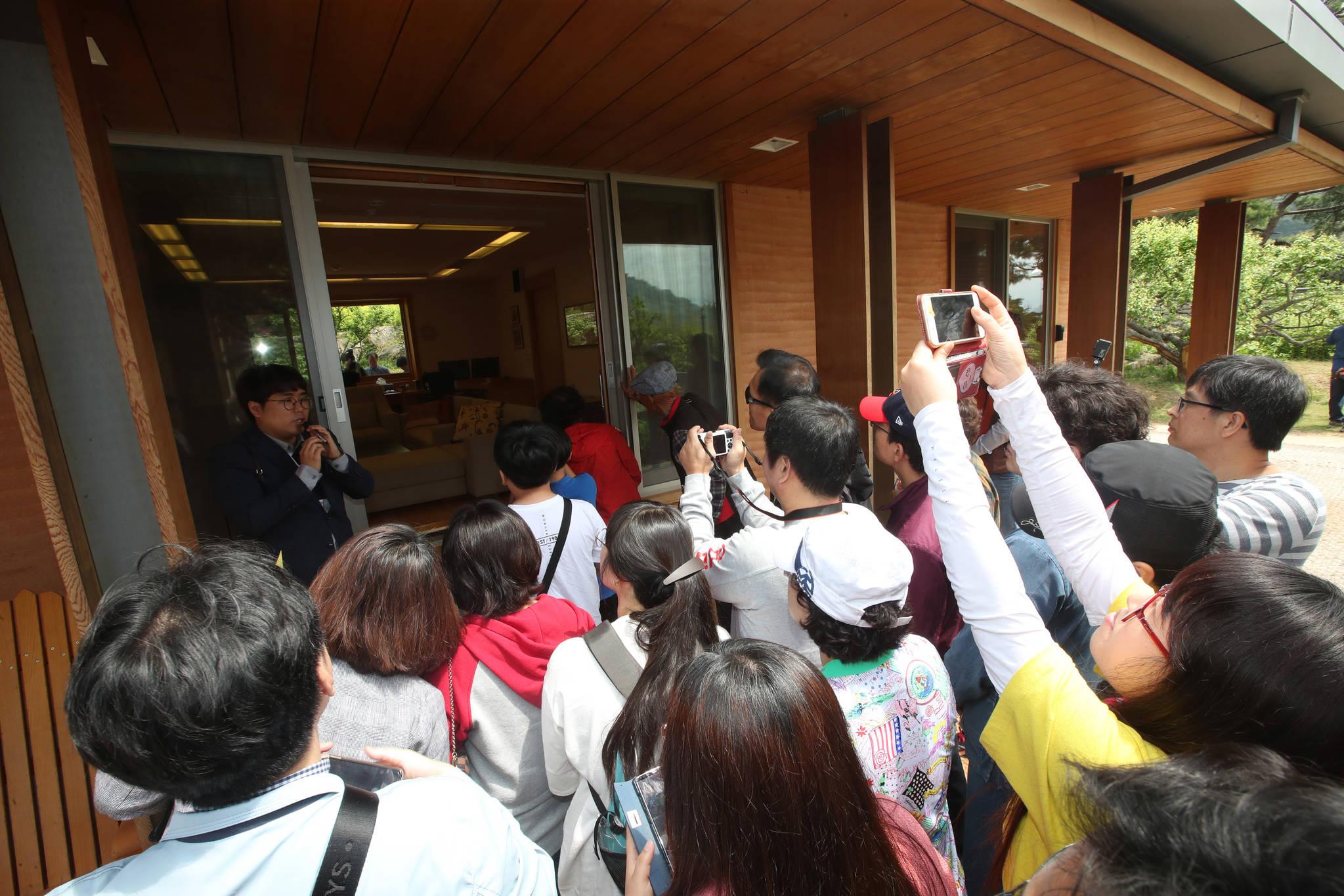 1일 시민들이 해설사의 안내를 받으며 고 노무현 전 대통령 사저를 관람하고 있다. 송봉근 기자