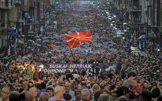 지난 2011년 10월 스페인 바스크 분리주의 테러단체인 ETA가 무장투쟁 종식을 선언한 가운데 스페인 북부 바스크 지방의 도시 빌바오에서 수천 명의 시민이 바스크의 독립을 요구하며 행진하고 있다. [AP=연합뉴스]