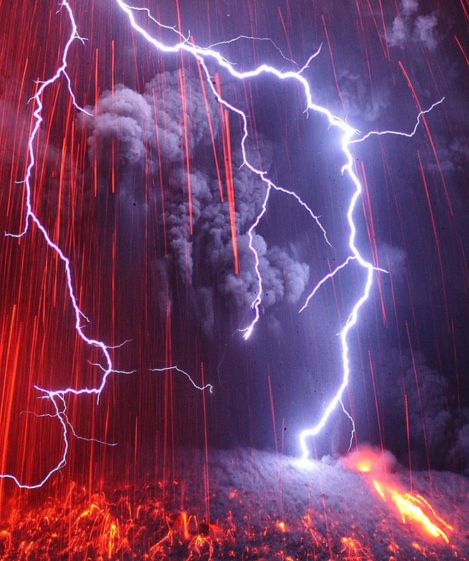 화산과 번개. 화산이 분출할 때 번개가 함께 치는 경우도 적지 않다. [중앙포토]