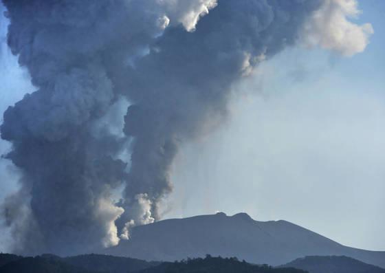 지난 3월 25일 일본 남부 규슈(九州)의 신모에다케(新燃岳)에서 폭발적 분화가 발생하는 모습. NHK에 따르면 이날 분화로 분연(噴煙·분화구에서 나오는 연기)이 3천200m까지 솟았고, 화쇄류(火碎流·화산재와 화산가스가 빠르게 흘러내리는 것)가 800m 가량 흐르는 것이 관측됐다. [연합뉴스]