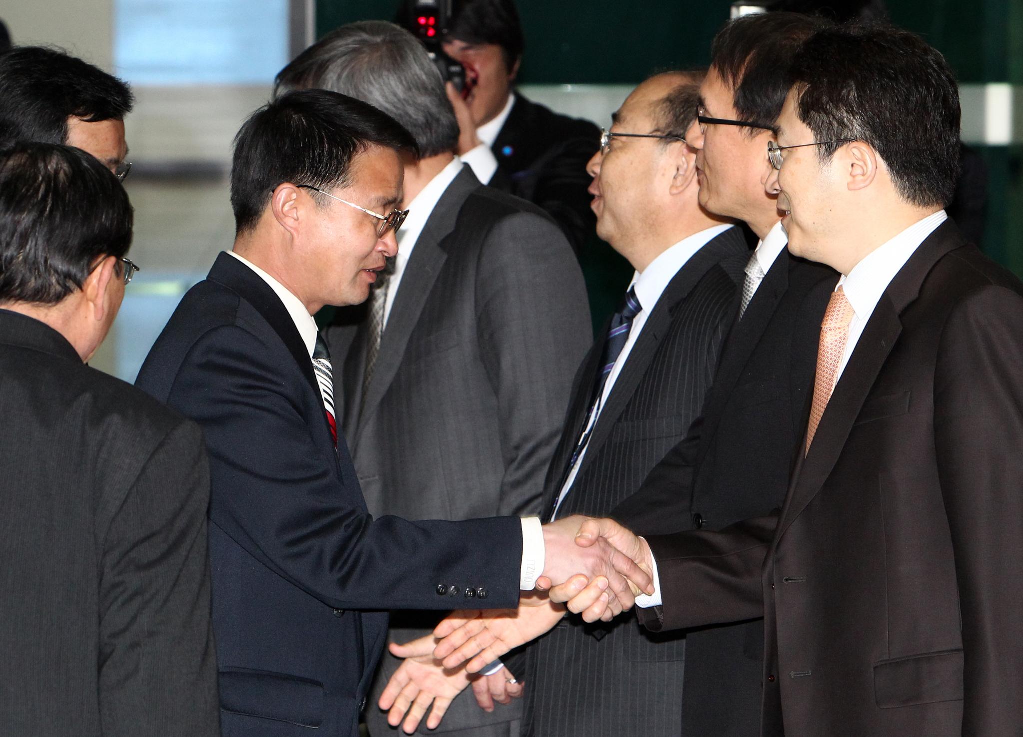 2011년 3월 백두산 화산분화 대비 회담을 위한 유인창 남측 대표들이 북한 윤영근 단장 일행을 출입사무소에서 환영하고 있다. [중앙포토]