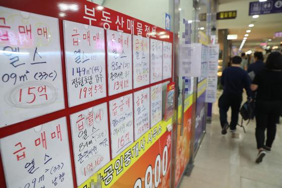 지난 4월 1일 양도세 중과 시행 전 서울 강남권에는 급매물이 쏟아졌다.[연합뉴스]