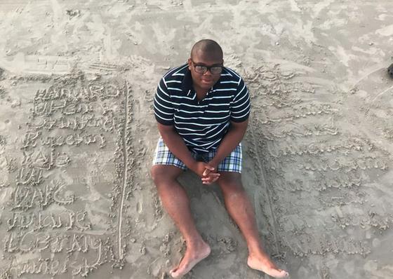 자신이 합격한 대학의 이름을 모래 위에 써놓은 마이클 브라운.