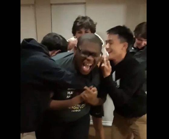 합격 소식을 듣고 환하게 웃고 있는 마이클 브라운과 친구들. 유튜브 화면 캡처.