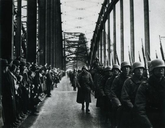 라인란트에 진주하기 위해 강을 건너는 독일군. 당시 연합국은 응징할 힘이 있었으나 소극적으로 대응하면서 독일의 사기를 올려 주었다. 결국 이는 제2차 대전의 씨앗이 되었다. [사진 Deutsches Historisches Museum, Berlin]