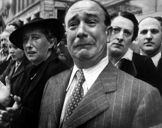 시내를 행진하는 독일군을 보며 눈물을 흘리는 파리 시민. 어떻게든 피하려고만 하다가 결국 프랑스는 패망했다. [사진 US National Archives]