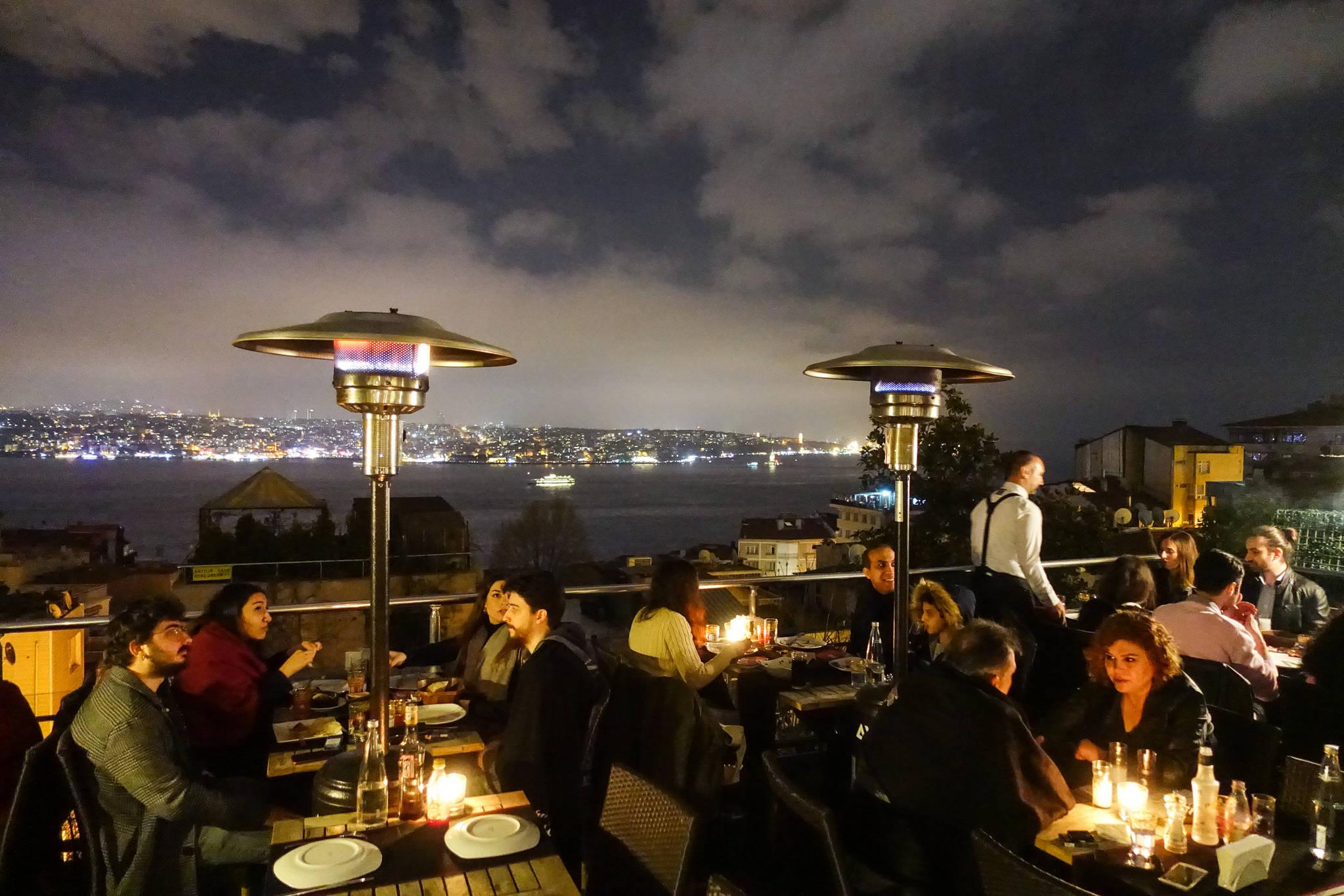 이스탄불을 여행한다면 보스포러스 해협이 잘 보이는 레스토랑에서 저녁식사를 해봐야 한다.