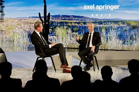 시상식 후 있은 마티아스 되프너 CEO와의 인터뷰. 베조스는 매년 10억 달러씩을 '블루 오리진'에 투자하고 있다고 말했다. [악셀 슈프링거 홈페이지]