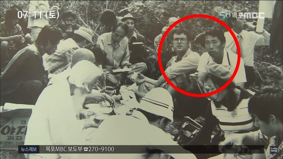 김사복씨와 힌츠페터가 1975년 장준하 선생 사망 현장 취재 중 함께 찍은 사진. [사진 목포MBC 캡처]