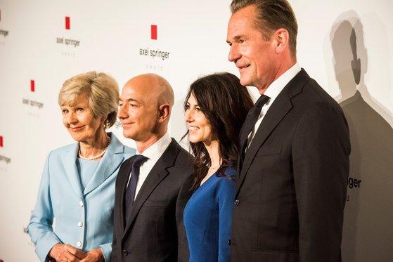 사진 왼쪽부터 독일 최대 미디어그룹인 '악셀 슈프링거'의 최대주주인 프리데 슈프링거, 제프 베조스, 베조스의 부인 매킨지, 악셀 슈프링거의 마티아스 되프너 CEO. [악셀 슈프링거 홈페이지]