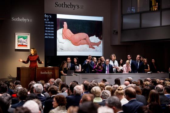 14일(현지시간) 미국 뉴욕 소더비에서 모딜리아니의 1917년 작 '누워 있는 나부(Nu couche)' 경매 가 진행되고 있다.[EPA=연합뉴스]