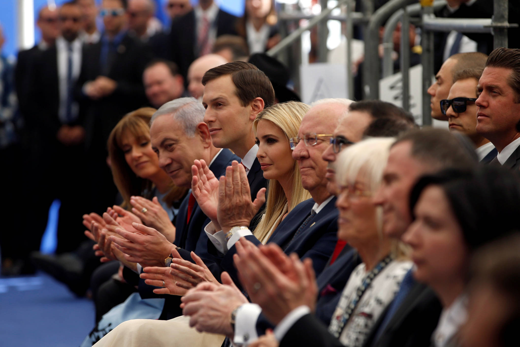 왼쪽 둘째부터 이스라엘 베냐민 네타냐후 총리, 백악관 수석보좌관 재러드 쿠슈너, 이방카 트럼프, 데이비드 프레드만 주이스라엘 미국대사, 스티븐 므누신 미 재무부장관 등이 개관식에 참석해 박수를 치고 있다. [로이터=연합뉴스]