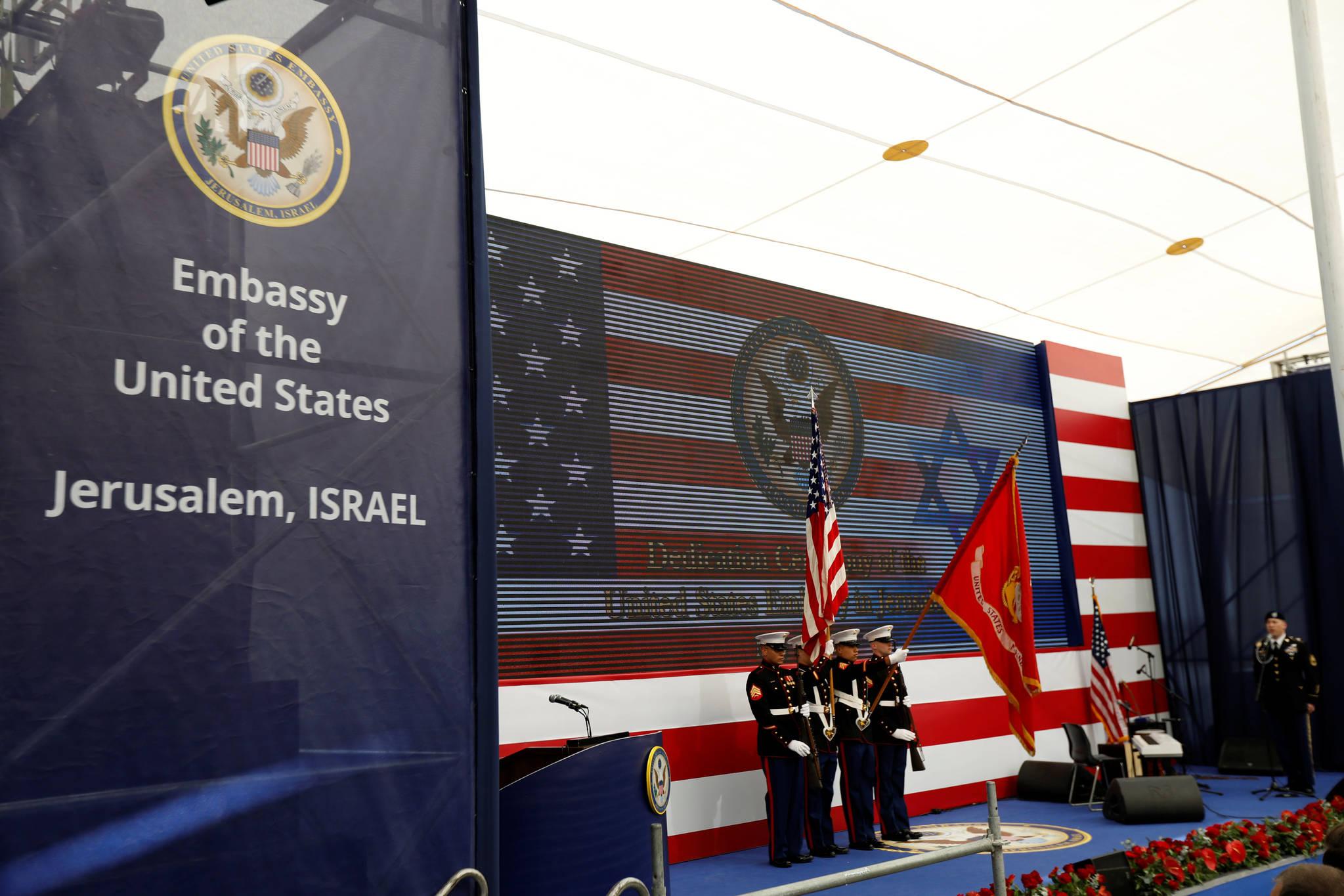 미 해병들이 성조기를 들고 예루살렘 미국대사관 개관식에 참석하고 있다. [로이터=연합뉴스]